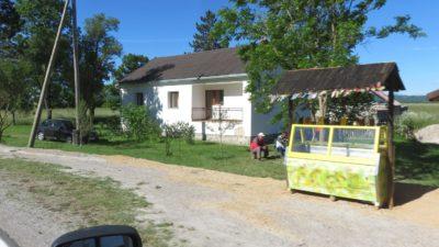 Vente de miel le long de la route entre Korenica et Zadar