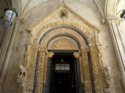Porte de la cathédrale de Trogir (Croatie)